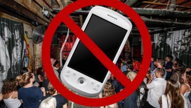 Photo of Μπαρ απαγόρευσε τη χρήση κινητών τηλεφώνων για να μπορούν να μιλήσουν σαν άνθρωποι και να χαλαρώσουν