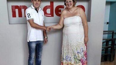Photo of Ο μεγάλος νικητής του διαγωνισμού παραλαμβάνει το δώρο του από τη Modeco