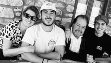 Photo of Σπάνια φωτογραφία – Σοφία Αλιμπέρτη και Γιάννης Πάριος με τους γιους τους γιορτάζουν το Πάσχα [εικόνες]